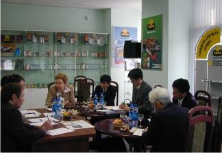 Рабочий момент переговоров в офисе компании Энергия-3000