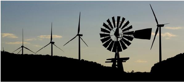 Ветряная мельница и ветряные турбины на ветроэлектростанции Sherbino компании BP в г. Форт-Стоктон, штат Техас, США